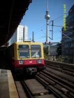 BERLIN/68023/am-s-bahnhof-berlin-hackescher-markt-kann Am S-Bahnhof Berlin Hackescher Markt kann man S-Bahn und Fernsehturm am Besten auf ein Bild fotografieren.So fotografierte ich 485 076 am 31.August 2008.