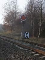Formsignale/166301/als-einziger-bahnhof-auf-ruegen-besitzt Als einziger Bahnhof auf Rügen besitzt Lancken sogar noch Formvorsignale.Hier ist das Vorsignal aus Richtung Sassnitz.Aufnahme am 06.November 2011.