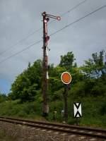 Formsignale/99160/einfahrsignal-f-mit-durchfahrvorsignal-aus-richtung Einfahrsignal 'F' mit Durchfahrvorsignal aus Richtung Sassnitz in Lancken.