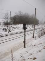 Lichtsignale/113488/einsam-steht-der-vorsignalwiederholer-bei-bergenruegen Einsam steht der Vorsignalwiederholer bei Bergen/Rügen in einer Kurve.